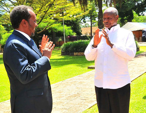 Somali president (left) gestures to President Museveni. PPU Photonewvision. www.kismaayodaily.com - your gaeway of Somali news around the world.
