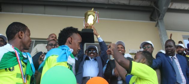 Somali President Hassan Sheik Mahmoud holds the trophy as Somali FA senior vice president Ali Abdi Mohamed is seen on the right PHOTO | CECAFA MEDIA  www.kismaayodaily.com - your gate way of Somali/Djibouti Sports news around the world